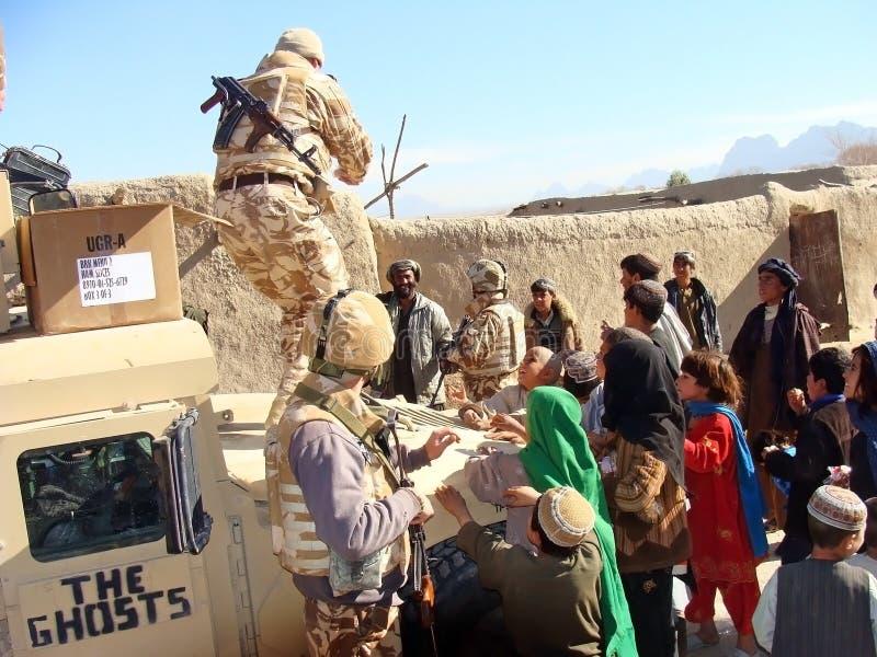 Soldati che danno alimento fotografie stock