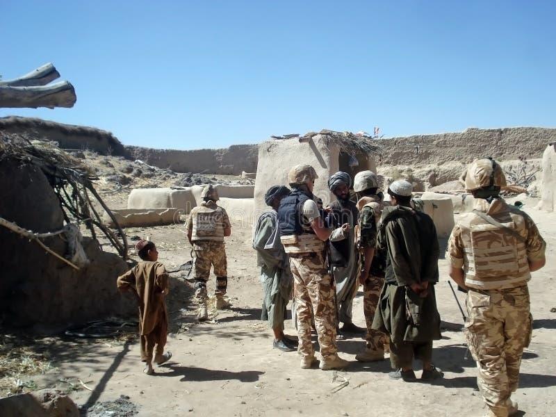 Soldati che interogating i locals fotografie stock libere da diritti