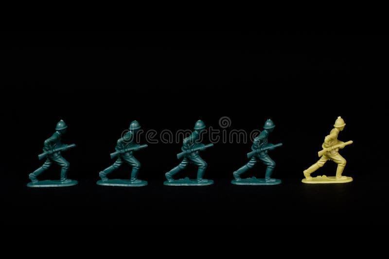 Soldati che marciano alla guida differente. immagine stock