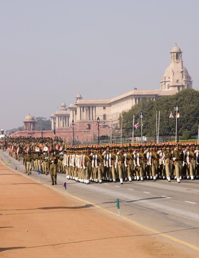 Soldati che marciano con   fotografie stock