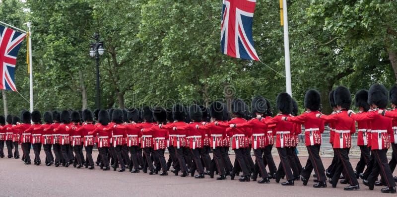 Soldati che marciano giù il centro commerciale a Londra durante radunare la cerimonia militare di colore, Londra fotografie stock