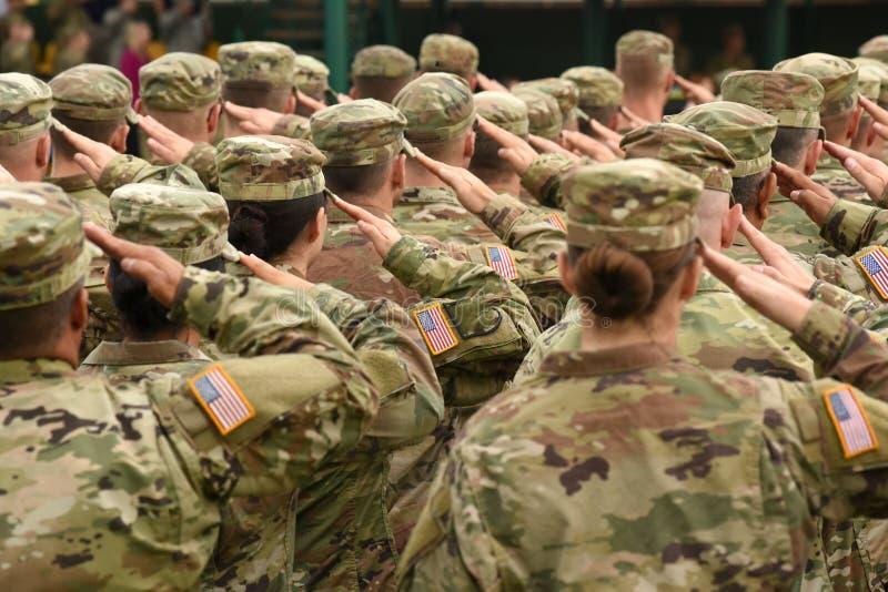 Soldati degli Stati Uniti che danno saluto immagini stock libere da diritti