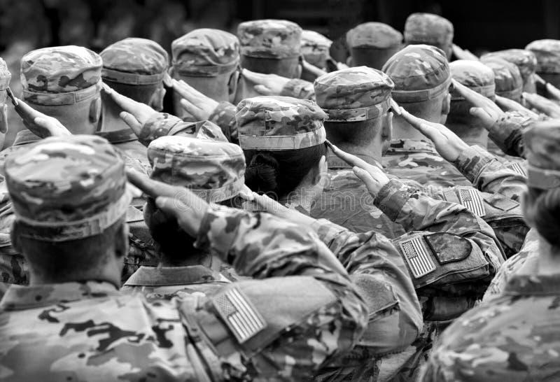 Soldati degli Stati Uniti che danno saluto, BW fotografia stock libera da diritti