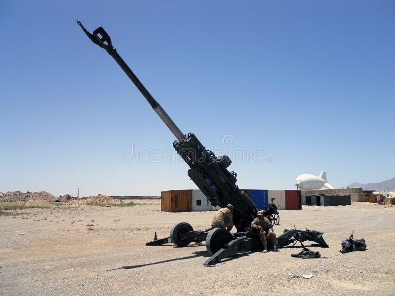 Soldati degli Stati Uniti che riparano una grande pistola nell'Afghanistan fotografie stock