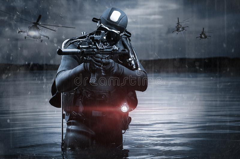 Soldati delle forze speciali vanno in spiaggia fra operazioni militari ed elicotteri volanti Il concetto di videogiochi, RPG onli immagini stock libere da diritti