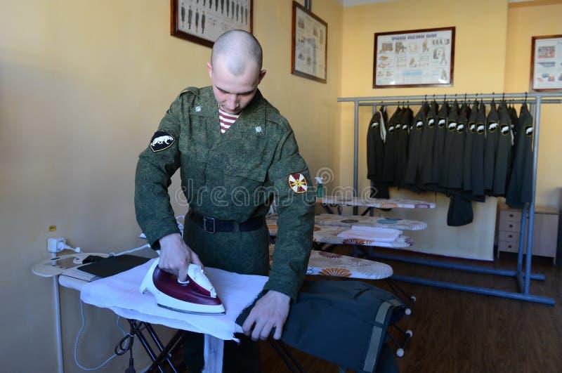 Soldati delle truppe interne che segnano forma nel retrocucina delle caserme fotografia stock