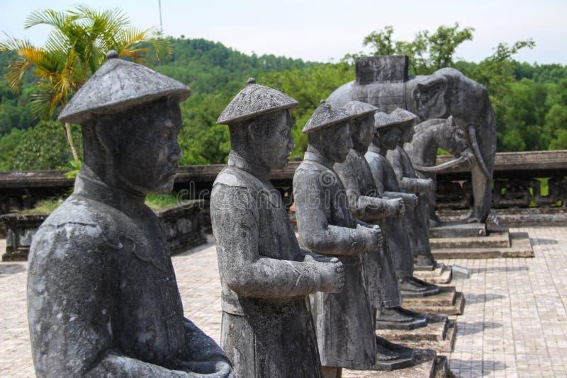 Soldati di scacchi ed elefante, sculture di pietra fotografia stock
