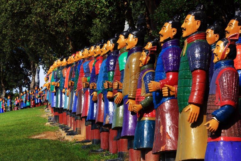 Soldati di terracotta in un giardino immagini stock
