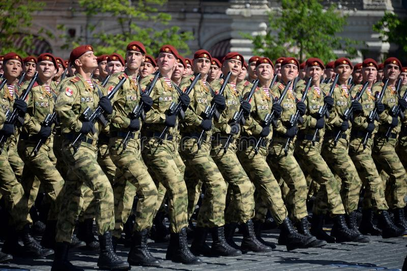 Soldati di una divisione separata nominata dopo le truppe della protezione nazionale di Dzerzhinsky alla parata sul quadrato ross fotografia stock