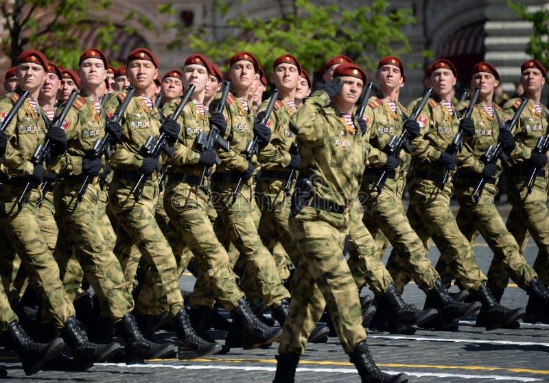 Soldati di una divisione separata nominata dopo le truppe della protezione nazionale di Dzerzhinsky alla parata sul quadrato ross fotografia stock libera da diritti