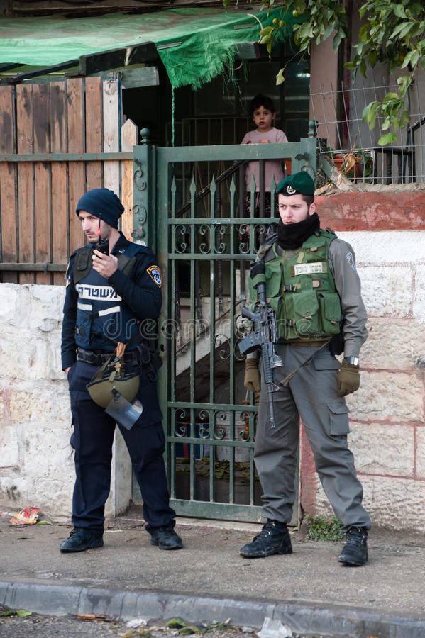 Soldati e coloni israeliani a Gerusalemme orientale immagine stock libera da diritti