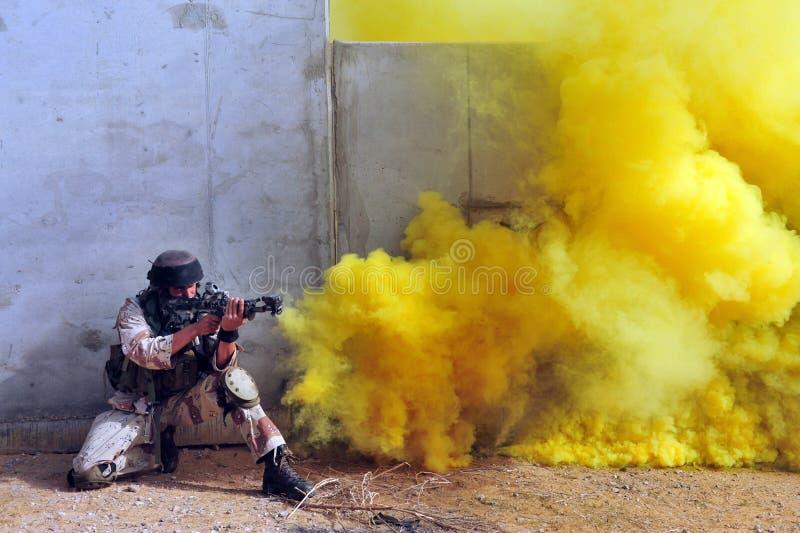 Soldati israeliani durante l'esercitazione di guerra urbana immagini stock