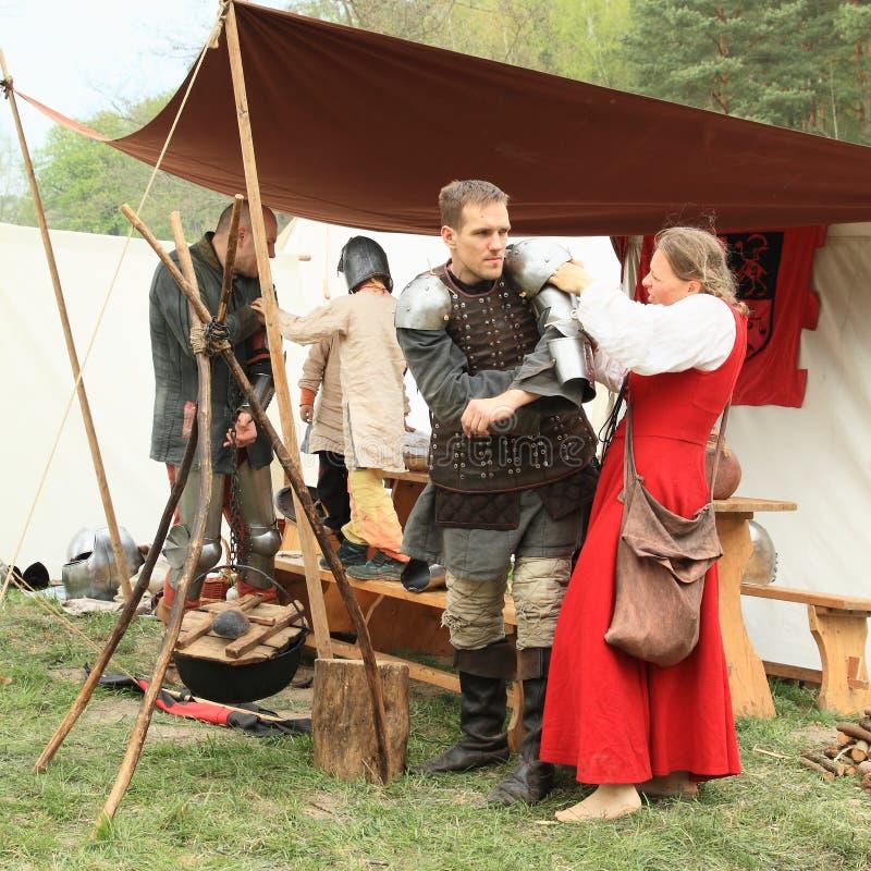 Soldati medievali che si preparano per la battaglia immagine stock
