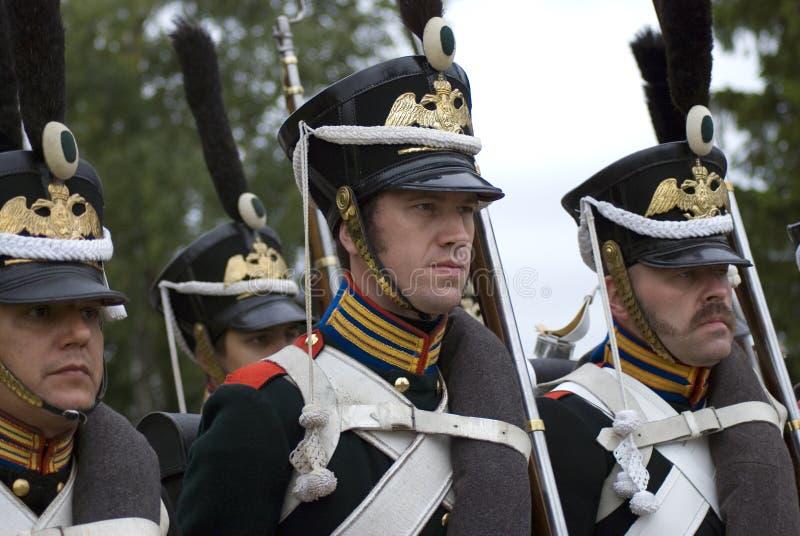Soldati-reenactors in marcia vestiti come soldati russi dell'esercito immagini stock libere da diritti