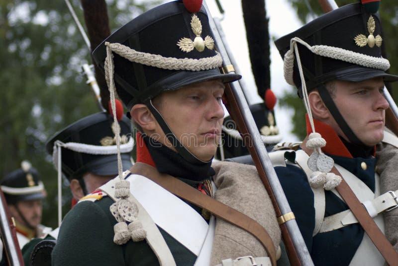 Soldati-reenactors in marcia vestiti come soldati russi dell'esercito immagine stock libera da diritti