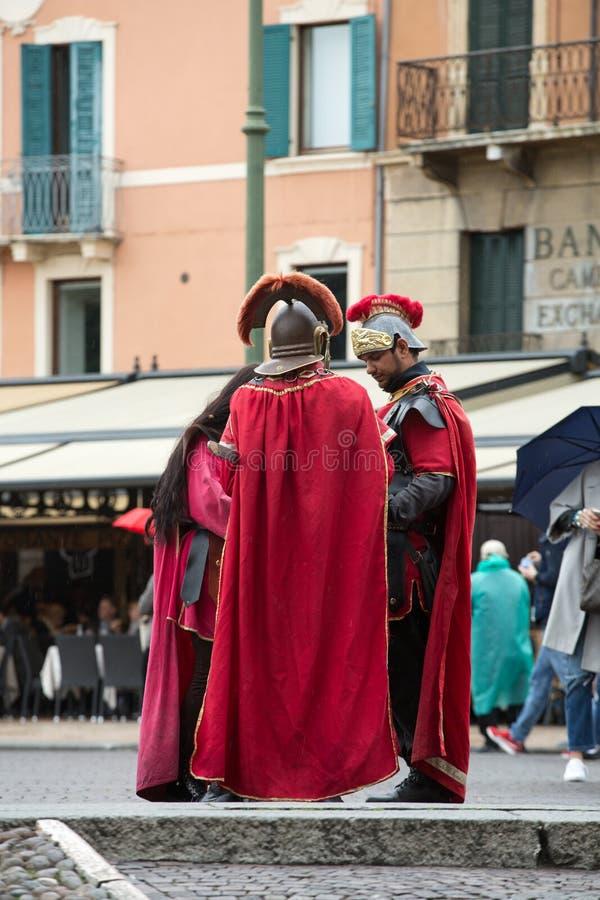 Soldati romani all'anfiteatro al reggiseno della piazza a Verona, Veneto fotografia stock