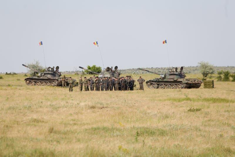 Soldati rumeni vicino a T-55 fatto russo carri armati leggeri fotografia stock libera da diritti