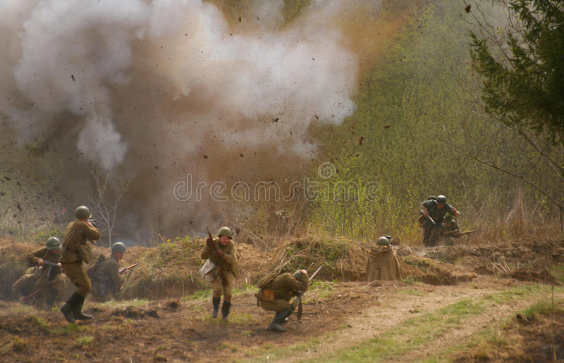Soldati russi e tedeschi la ricostruzione della battaglia in uniforme militare della seconda guerra mondiale fotografia stock