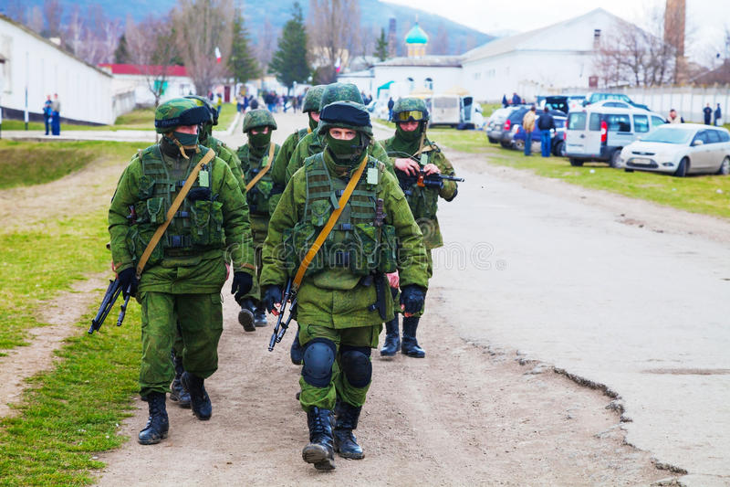 Soldati russi marzo in Perevalne, Crimea immagini stock libere da diritti