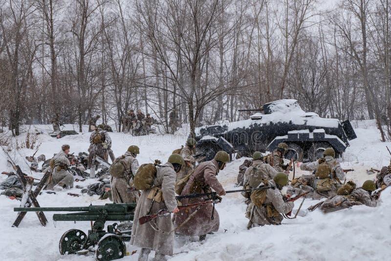 Soldati sovietici e tedeschi nella ricostruzione di inverno della guerra mondiale 2, battaglia per la ribellione di Voronež immagine stock