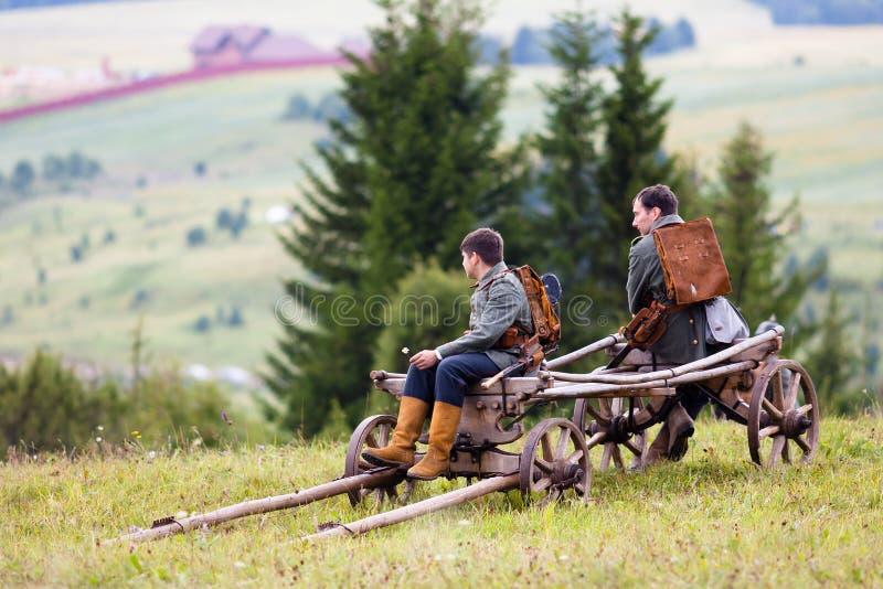 Soldati tedeschi della prima guerra mondiale con carretto di legno immagine stock libera da diritti