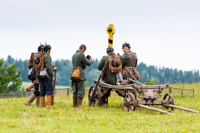 Soldati tedeschi della prima guerra mondiale vicino alla colonna di confine fotografia stock libera da diritti