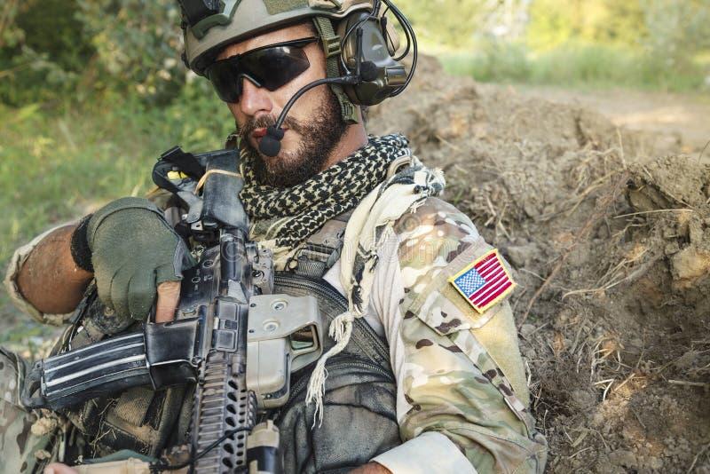 Soldato americano con il suo fucile fotografia stock