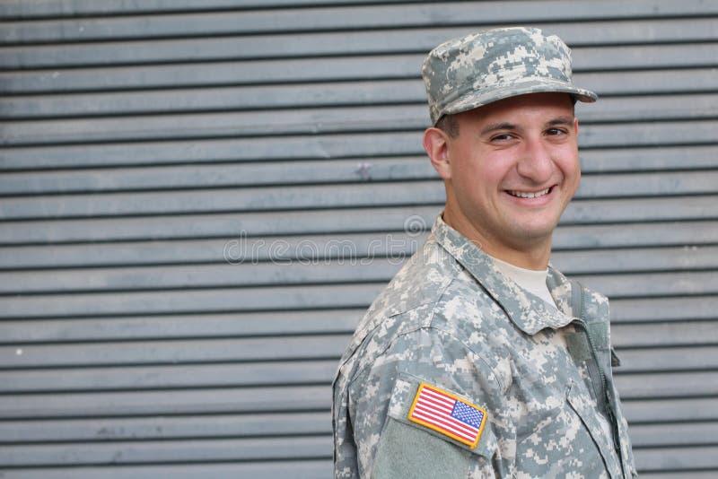 Soldato americano Smiling dell'esercito con lo spazio della copia fotografie stock libere da diritti