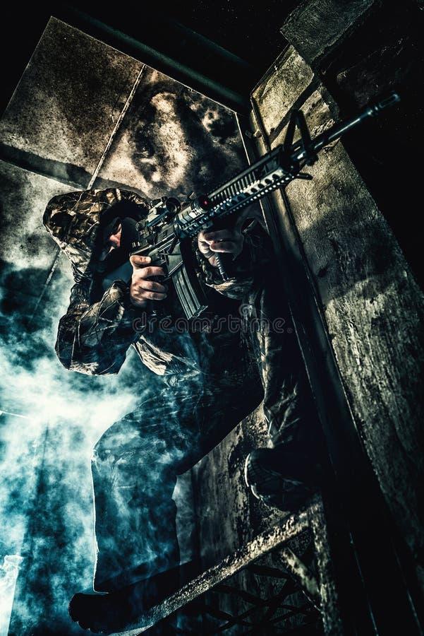 Download Soldato Che Punta Su Obiettivo Con Il Fucile Ed Il Laser Fotografia Stock - Immagine di combattimento, militare: 30829630