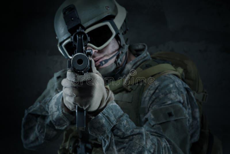 Soldato che tende un fucile voi fotografia stock libera da diritti