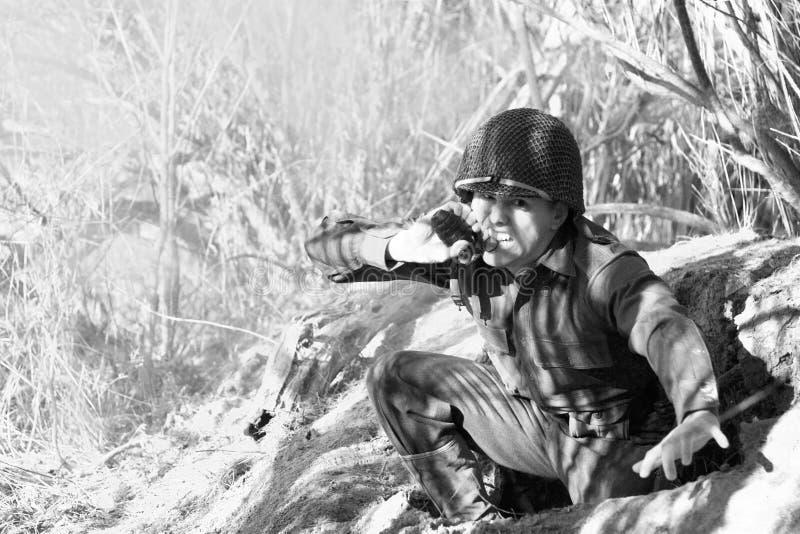 Soldato che tira il Pin immagini stock libere da diritti