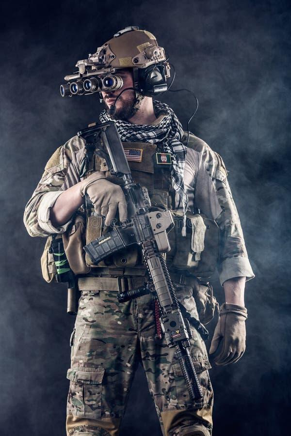 Soldato con gli occhiali di protezione a quattro occhi di visione notturna nel fumo fotografia stock libera da diritti
