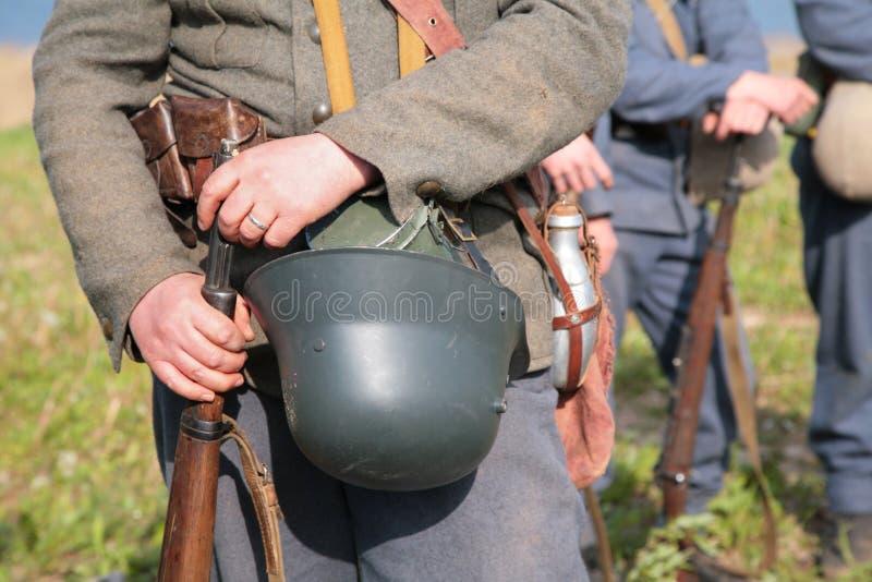 Soldato con il casco nell'esposizione dalla prima guerra mondiale fotografia stock