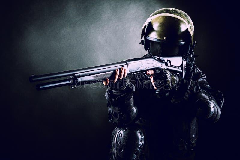 Soldato con il fucile da caccia fotografia stock