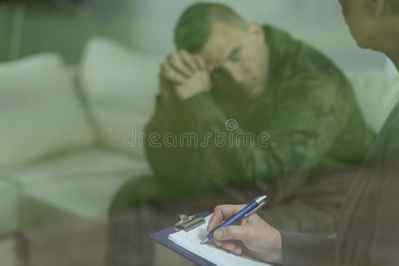 Soldato con il problema sanitario di salute mentale fotografia stock libera da diritti
