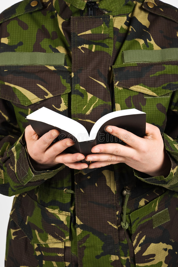 Soldato con la bibbia fotografia stock