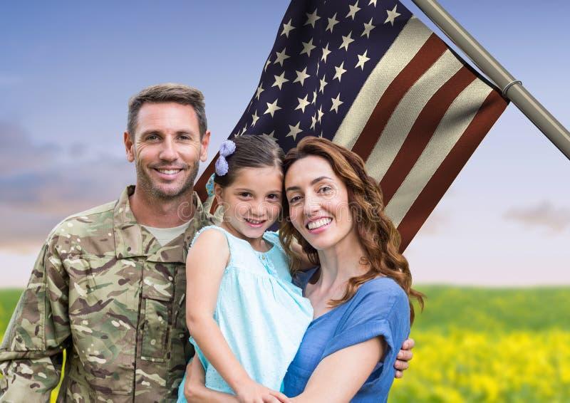 soldato con la famiglia davanti alla bandiera degli S.U.A. nel campo fotografia stock libera da diritti