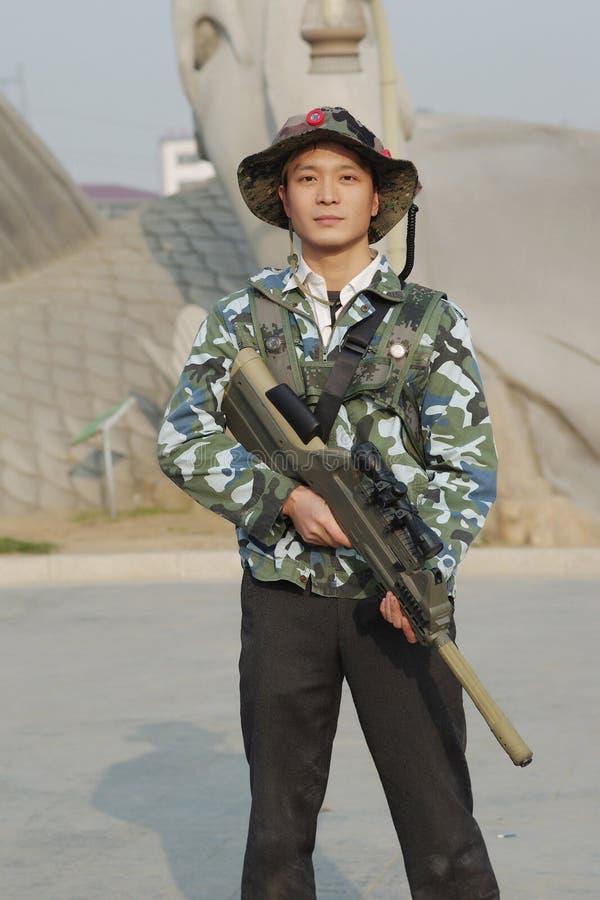 Soldato con la pistola del laser fotografia stock