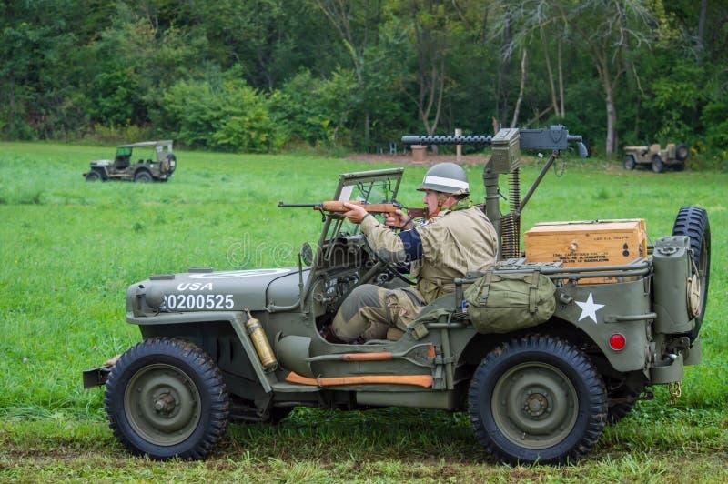 Soldato dell'esercito americano che inforna la sua carabina M1A1 immagini stock