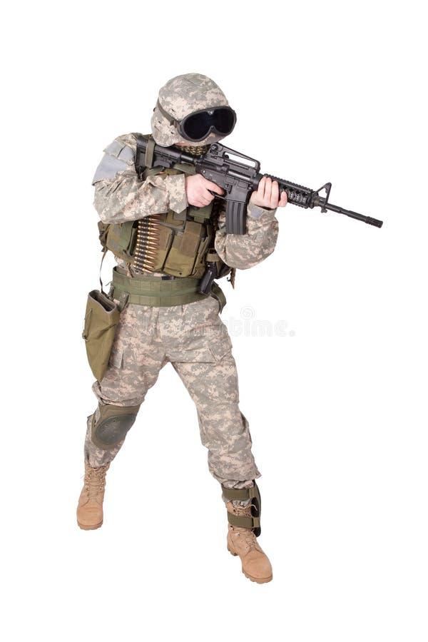 Soldato dell'ESERCITO AMERICANO con la carabina m4 fotografia stock
