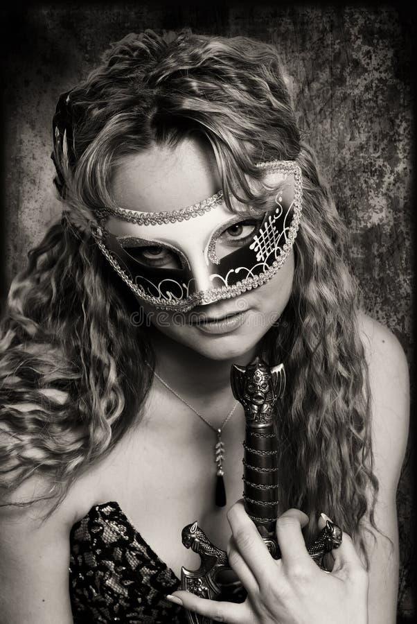 Soldato della donna con la vecchia spada fotografie stock