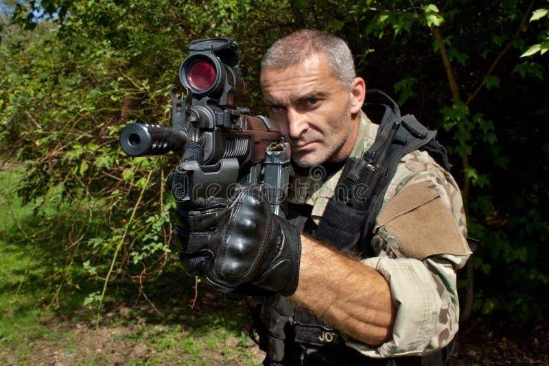Soldato delle forze speciali con un fucile di assalto immagine stock