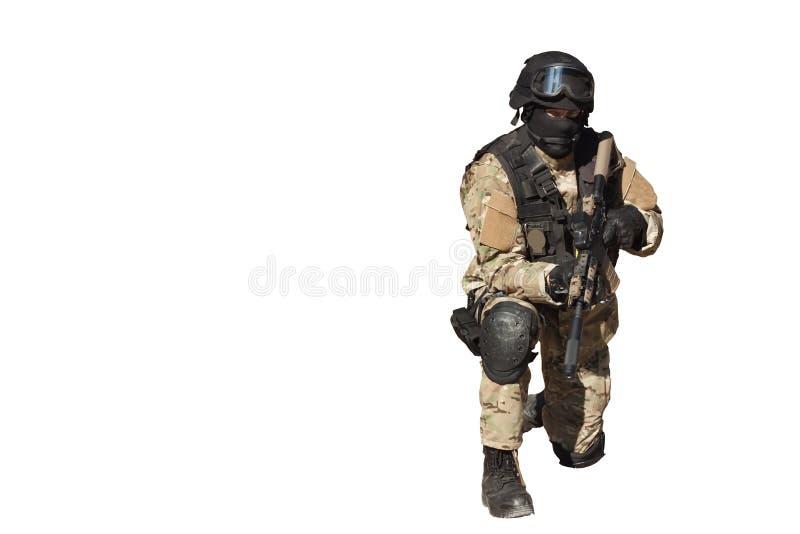 Soldato delle forze speciali, isolato su bianco fotografie stock libere da diritti