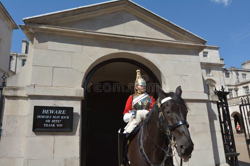 Soldato di cavalleria montato della cavalleria della famiglia in servizio alle guardie di cavallo immagine stock libera da diritti