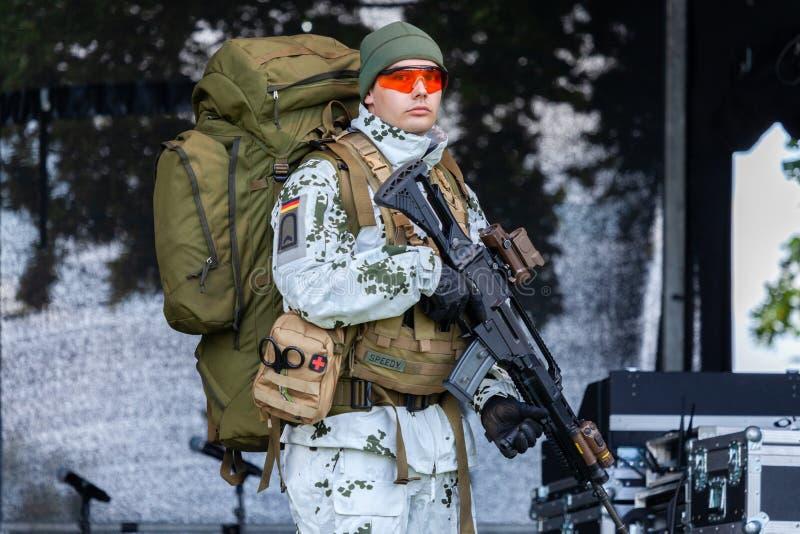 Soldato di cavalleria tedesco della montagna nel vestito del cammuffamento della neve immagini stock libere da diritti
