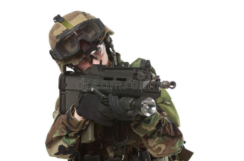Soldato di NATO in ingranaggio pieno. fotografia stock