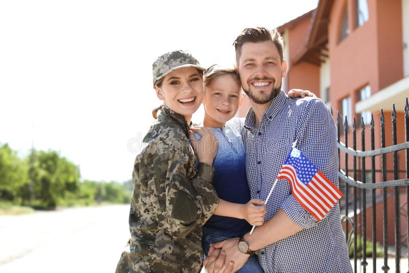 Soldato femminile con la sua famiglia all'aperto Servizio militare fotografia stock libera da diritti