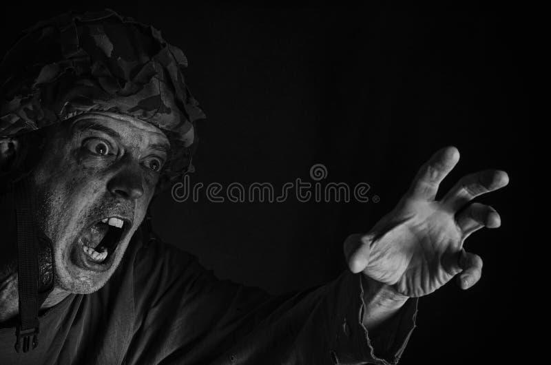 Soldato furioso di grido fotografie stock