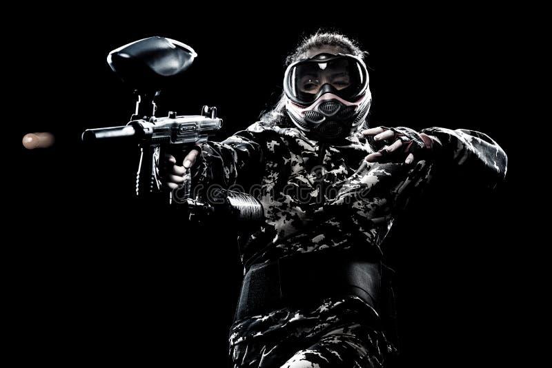 Soldato mascherato pesantemente armato di paintball isolato su fondo nero Concetto dell'annuncio fotografie stock