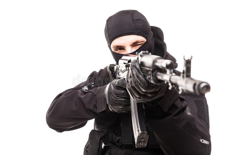 Soldato moderno allo scopo del fucile isolato su un fondo bianco immagini stock libere da diritti